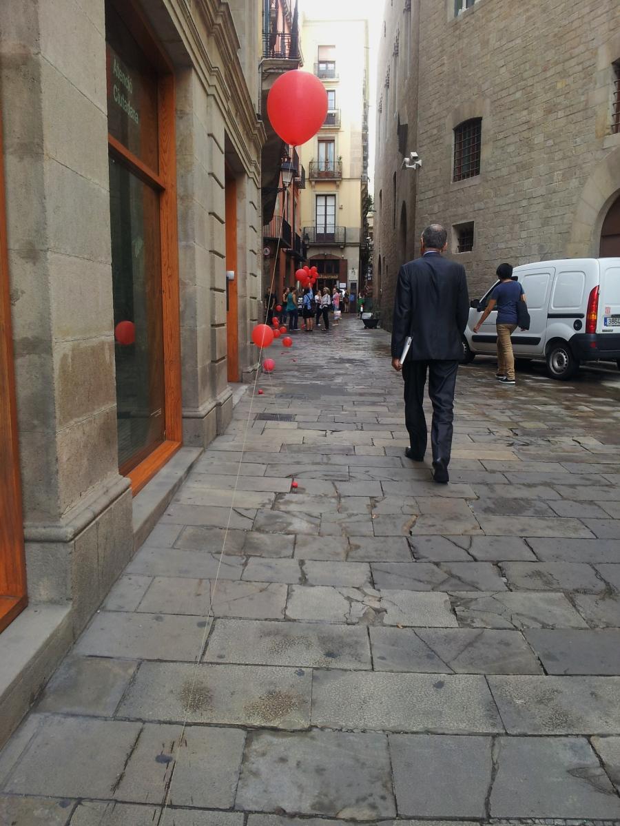 barcelona red balloon gothic quarter