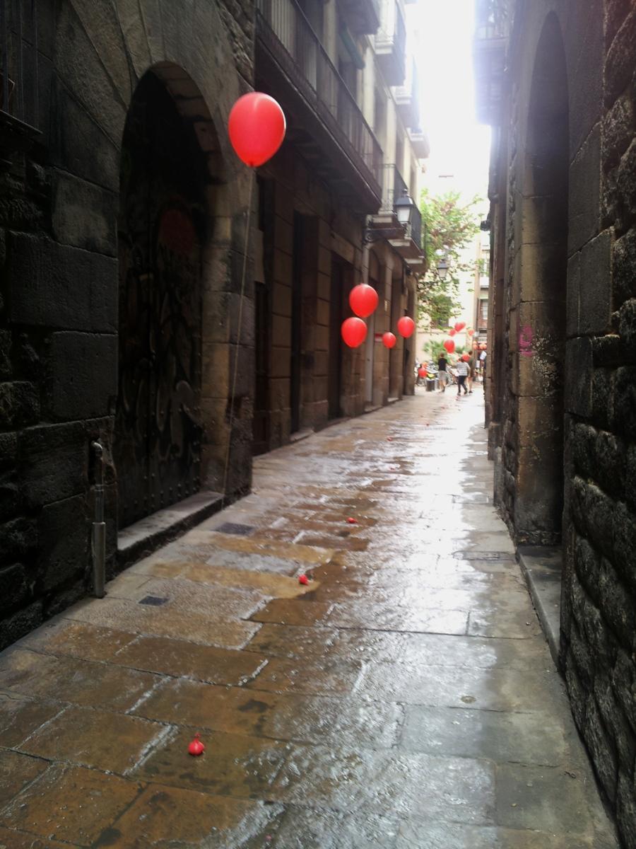 barcelona red balloons gothic quarter