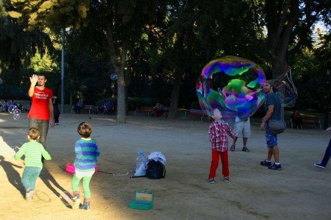 ciutadella barcelona kids with soap balloons