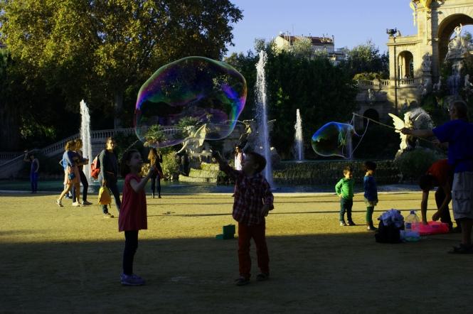 ciutadella barcelona park kids with soap balloons